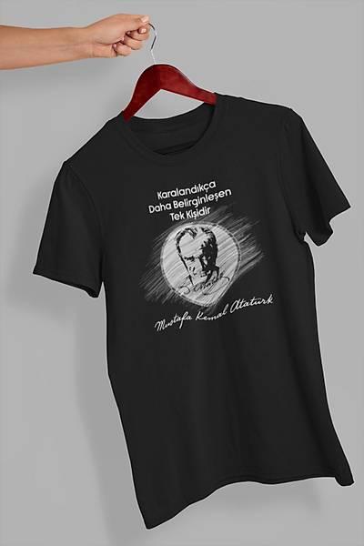 Karalandýkça Dahada Belirginleþen Tek Kiþidir Mustafa Kemal Atatürk (Üniseks Tiþört)